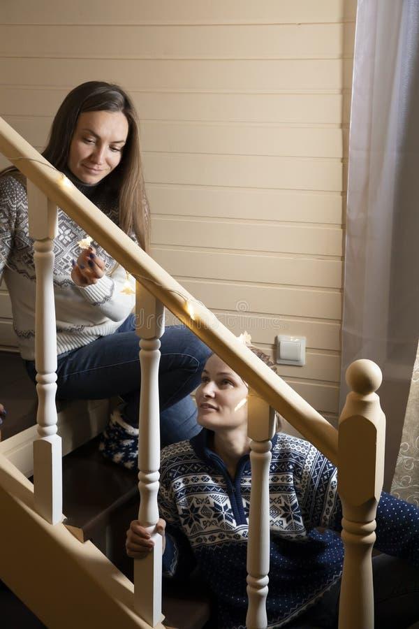 Οι νέες γυναίκες διακοσμούν τα σκαλοπάτια και το γέλιο στοκ φωτογραφίες
