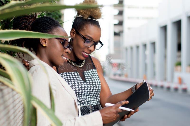 Οι νέες επιχειρηματίες βρίσκονται για μια συμφωνία στοκ φωτογραφίες με δικαίωμα ελεύθερης χρήσης