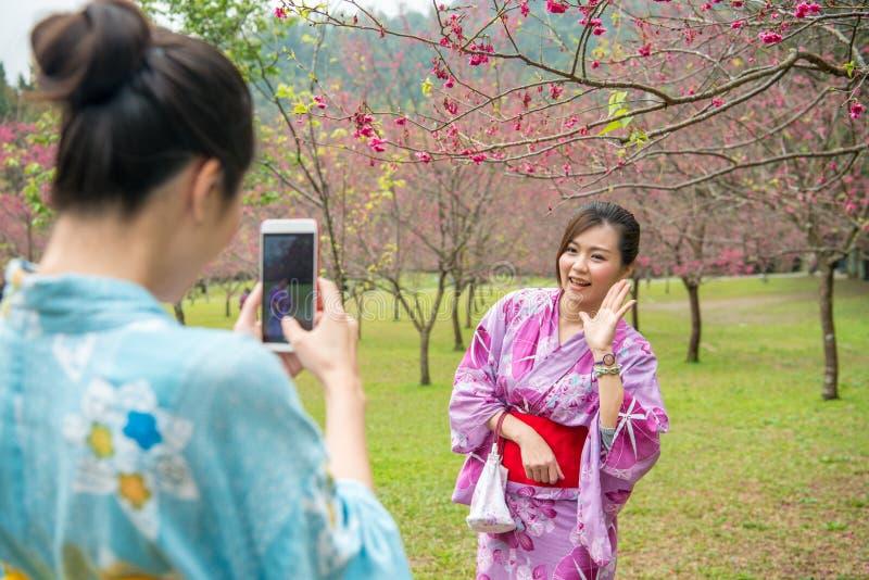 Οι νέες κυρίες βοηθούν η μια την άλλη να κάνει το ζωντανό βίντεο στοκ εικόνες