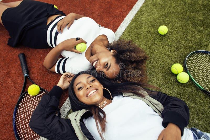 Οι νέες όμορφες φίλες που κρεμούν στο γήπεδο αντισφαίρισης, διαμορφώνουν μοντέρνο που ντύνεται swag, ευτυχές χαμόγελο καλύτερων φ στοκ εικόνα με δικαίωμα ελεύθερης χρήσης