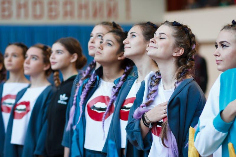 Οι νέοι αθλητές ακούνε το εθνικό ύμνο, сhampionship της πόλης Kamenskoye μεταξύ των solos, τα ντουέτα και τις ομάδες στοκ φωτογραφίες