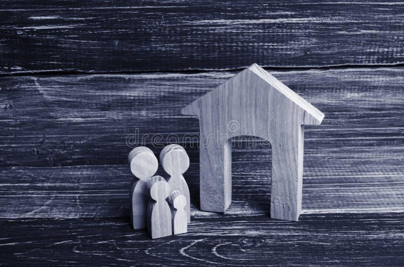 Οι νέοι γονείς και ένα παιδί στέκονται κοντά στο σπίτι τους Έννοια στοκ εικόνα με δικαίωμα ελεύθερης χρήσης
