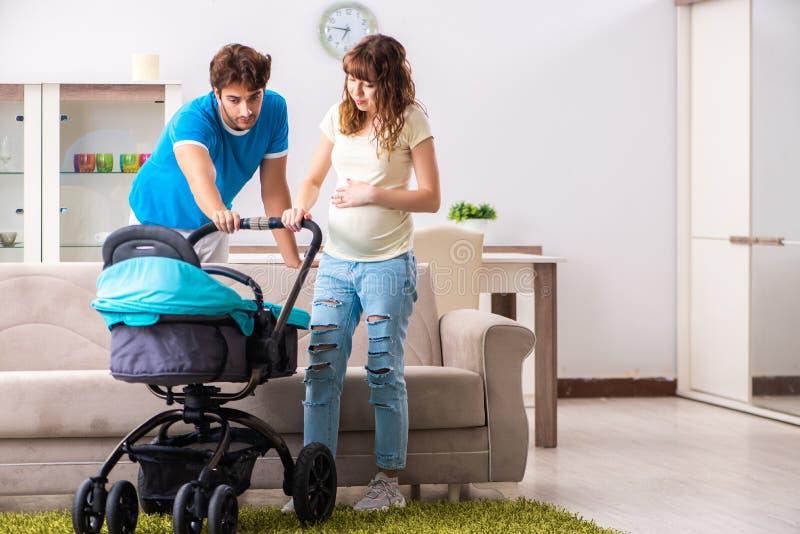 Οι νέοι γονείς με το μωρό που αναμένει τη νέα άφιξη στοκ εικόνα