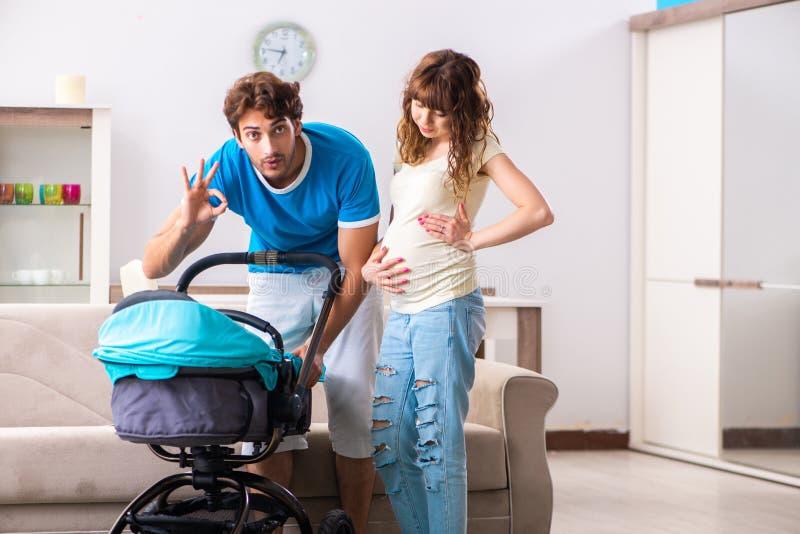 Οι νέοι γονείς με το μωρό που αναμένει τη νέα άφιξη στοκ εικόνα με δικαίωμα ελεύθερης χρήσης