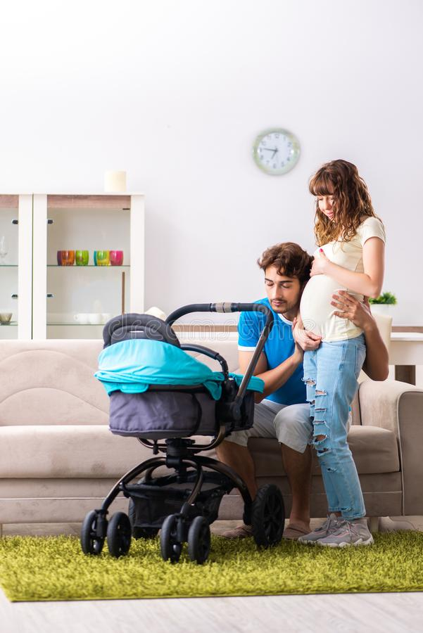 Οι νέοι γονείς με το μωρό που αναμένει τη νέα άφιξη στοκ φωτογραφία
