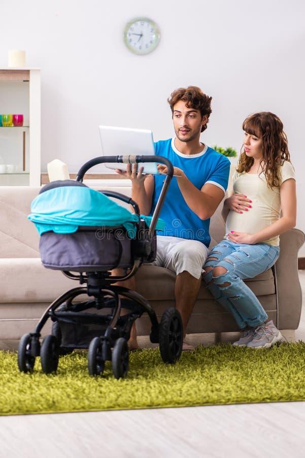 Οι νέοι γονείς με το μωρό που αναμένει τη νέα άφιξη στοκ φωτογραφίες με δικαίωμα ελεύθερης χρήσης