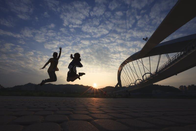 Οι νέοι είναι τόσο ενεργοί κάτω από την ηλιοφάνεια στοκ εικόνες με δικαίωμα ελεύθερης χρήσης