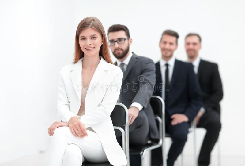 Οι νέοι επαγγελματίες κάθονται σε αναμονή για τη συνέντευξη στοκ φωτογραφίες με δικαίωμα ελεύθερης χρήσης