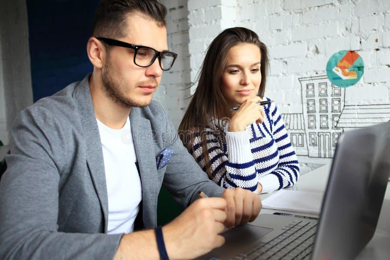Οι νέοι επαγγελματίες εργάζονται στο σύγχρονο γραφείο Επιχειρησιακό πλήρωμα που εργάζεται με το ξεκίνημα στοκ φωτογραφίες