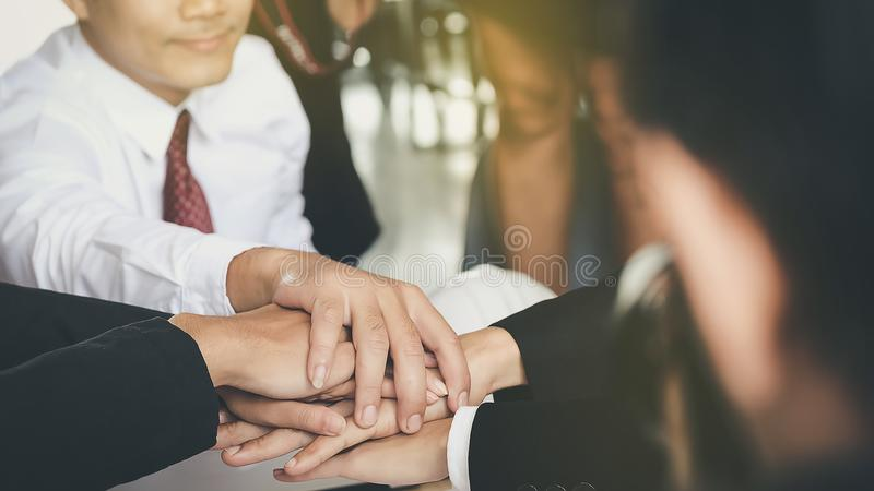 Οι νέοι επιχειρηματίες ενώνουν τα χέρια για να διευθύνουν μαζί την επιχείρηση togeth στοκ φωτογραφία