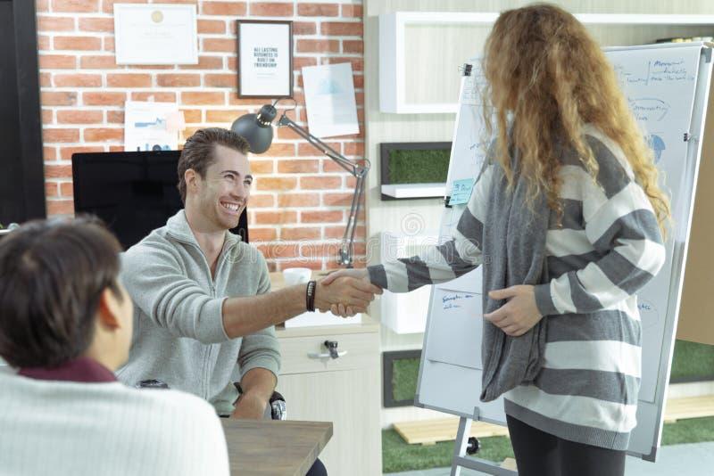 Οι νέοι επιχειρηματίες καυκάσιοι και Ασιάτης συναντιούνται με την ομάδα στοκ εικόνες με δικαίωμα ελεύθερης χρήσης