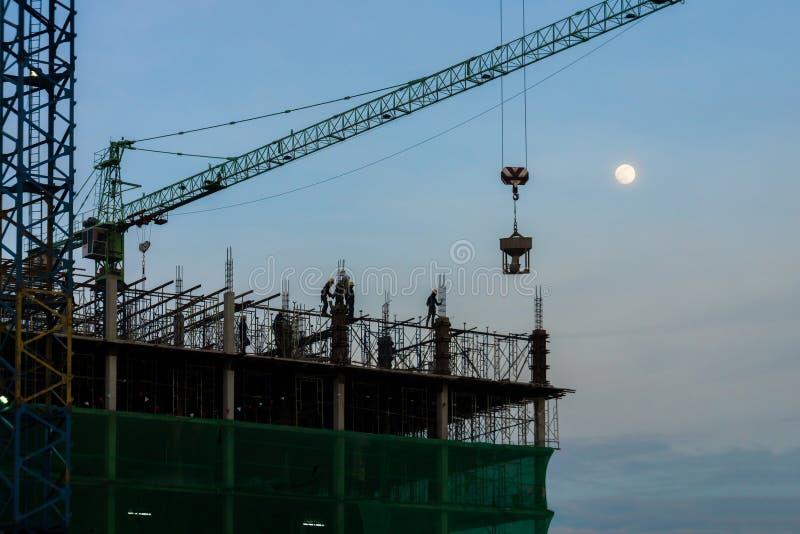 Οι νέοι κατώτεροι κάλαμοι κτηρίου και πύργων οικοδόμησης στοκ φωτογραφία με δικαίωμα ελεύθερης χρήσης