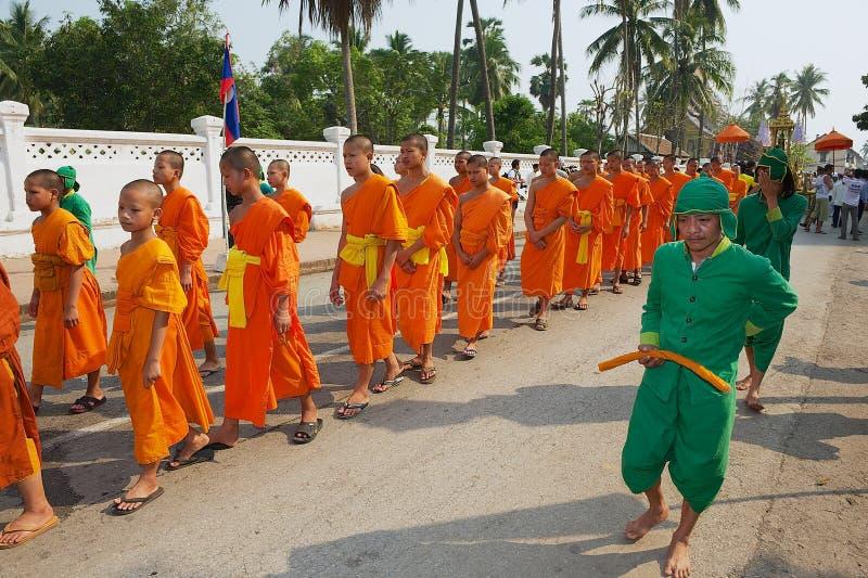 Οι νέοι μοναχοί συμμετέχουν στη θρησκευτική πομπή κατά τη διάρκεια του λαοτιανού νέου εορτασμού έτους σε Luang Prabang, Λάος στοκ φωτογραφία με δικαίωμα ελεύθερης χρήσης