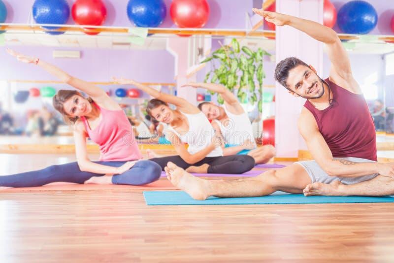 Οι νέοι οδηγούν έναν υγιή τρόπο ζωής, άσκηση στο δωμάτιο ικανότητας στοκ εικόνες