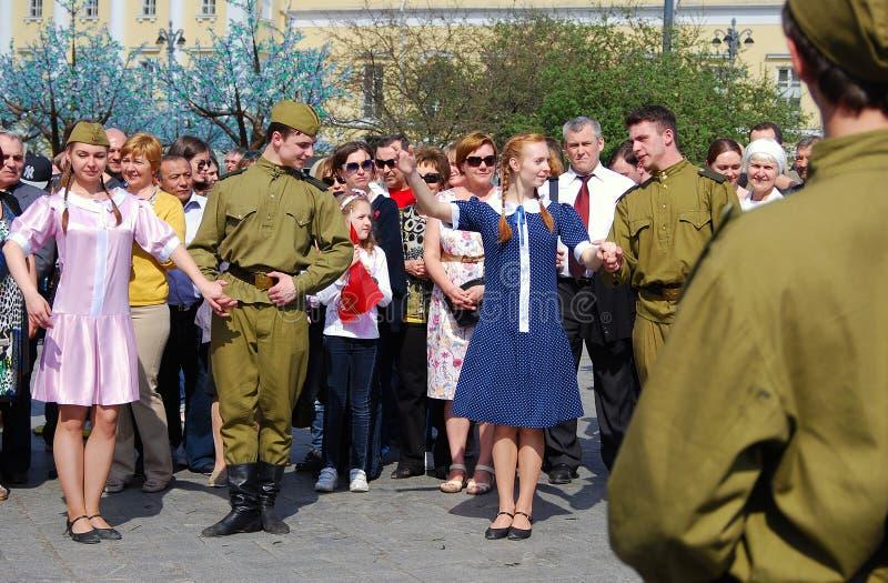 Οι νέοι δράστες χορεύουν στην οδό στοκ εικόνα