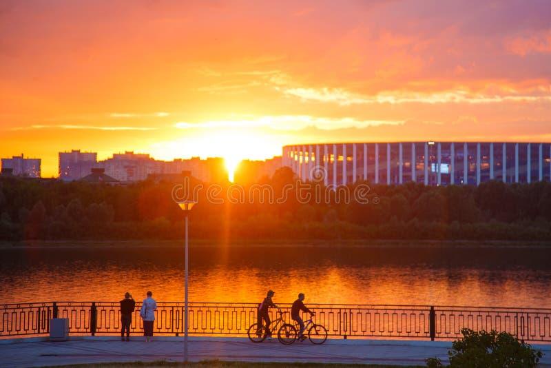 Οι νέοι στην πόλη στο ηλιοβασίλεμα οδηγούν ένα ποδήλατο στοκ φωτογραφία με δικαίωμα ελεύθερης χρήσης