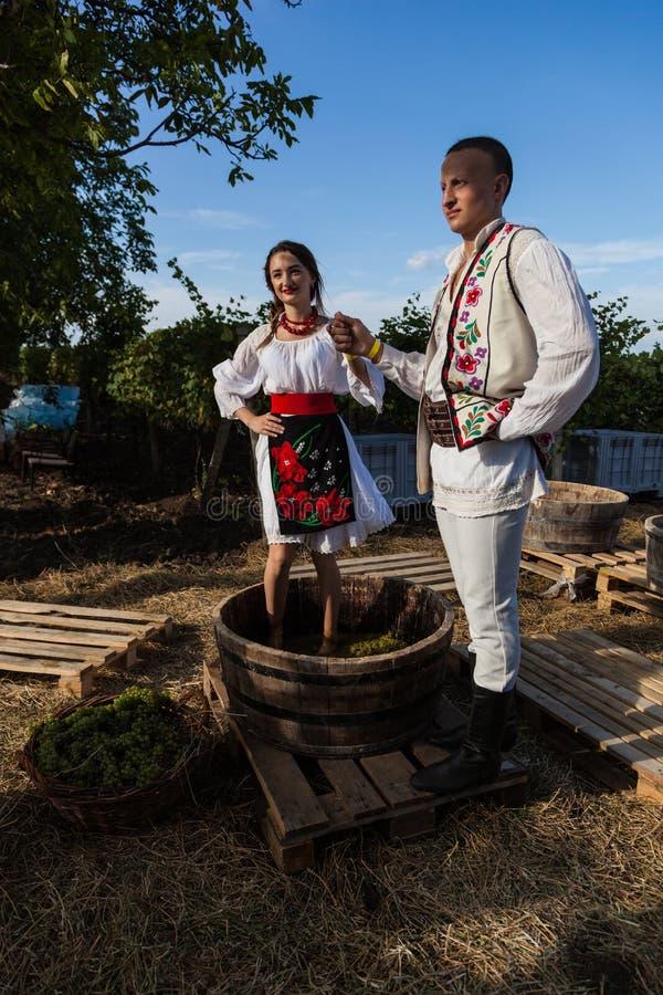 Οι νέοι στο μολδαβικό εθνικό φόρεμα θέτουν κατά τη διάρκεια του manufac στοκ εικόνες με δικαίωμα ελεύθερης χρήσης
