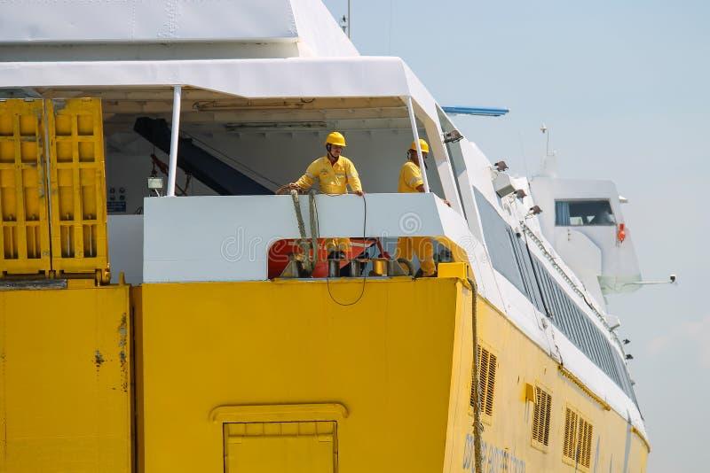 Οι ναυτικοί προετοιμάζονται για την πρόσδεση του πορθμείου σε Piombino, Ιταλία στοκ εικόνες