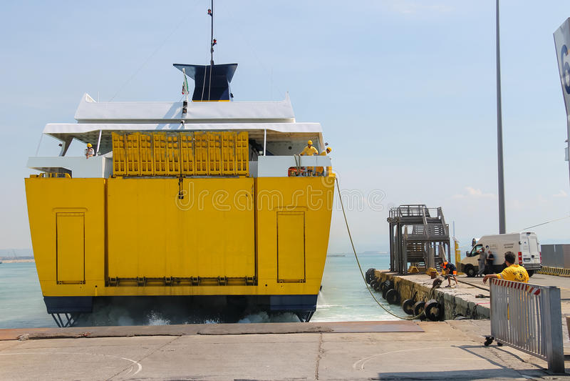 Οι ναυτικοί προετοιμάζονται για την πρόσδεση του πορθμείου σε Piombino, Ιταλία στοκ φωτογραφία με δικαίωμα ελεύθερης χρήσης