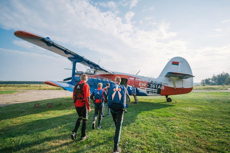 Οι νεαροί άνδρες που προετοιμάζονται για ένα αλεξίπτωτο πηδούν, εκδοτικός στοκ εικόνες