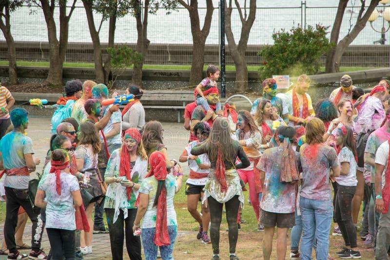Οι νεολαίες απολαμβάνουν το φεστιβάλ χρώματος Holi στοκ εικόνες με δικαίωμα ελεύθερης χρήσης