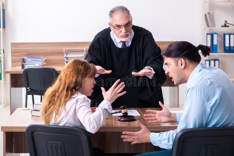 Οι νεολαίες συνδέουν στο δικαστήριο στην έννοια διαζυγίου στοκ φωτογραφίες με δικαίωμα ελεύθερης χρήσης