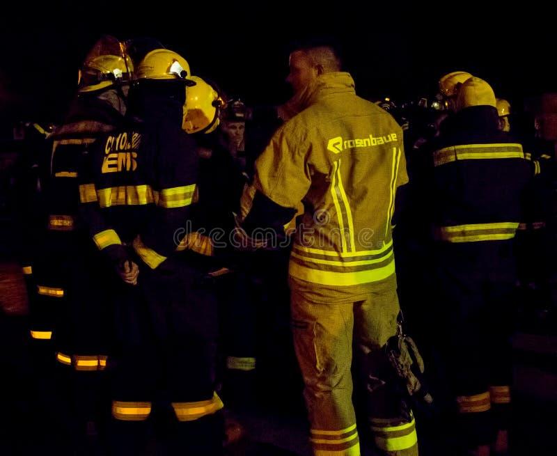Οι νοτιοαφρικανικοί πυροσβέστες στην αποθήκη συνδέουν τη νύχτα στοκ εικόνα με δικαίωμα ελεύθερης χρήσης
