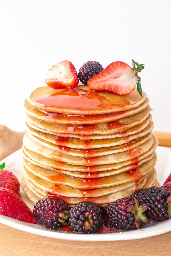 Οι νόστιμες τηγανίτες προγευμάτων με το mora φρούτων, φραουλών και βατόμουρων χύνονται με τη μαρμελάδα σιροπιού φραουλών Κινηματο στοκ εικόνα με δικαίωμα ελεύθερης χρήσης