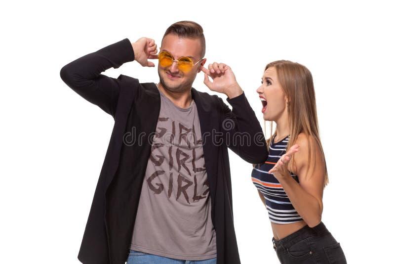 Οι ξανθές νέες ευρωπαϊκές χειρονομίες γυναικών με τα χέρια, κραυγές στο σύζυγο που είναι ένοχος, στέκονται μαζί ενάντια στο λευκό στοκ εικόνες με δικαίωμα ελεύθερης χρήσης