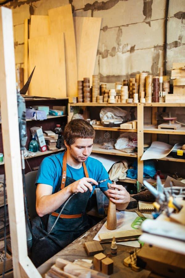 Οι ξυλουργοί τοποθετούν ως μαθητευόμενο στο εργαστήριο στοκ φωτογραφία