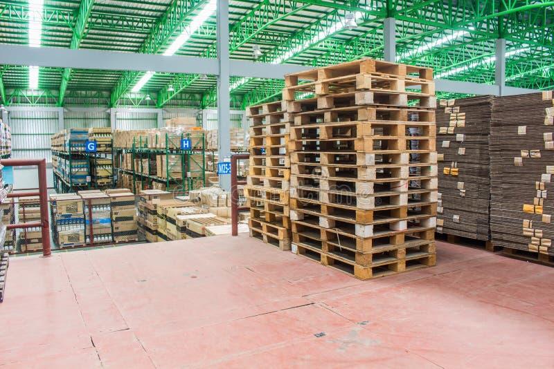 Οι ξύλινες παλέτες, παλέτες έτοιμο για χρήση που συσκευάζουν κρατούν τα υλικά κιβώτια ή τα κιβώτια προϊόντων στην περιοχή αποθηκώ στοκ εικόνα με δικαίωμα ελεύθερης χρήσης
