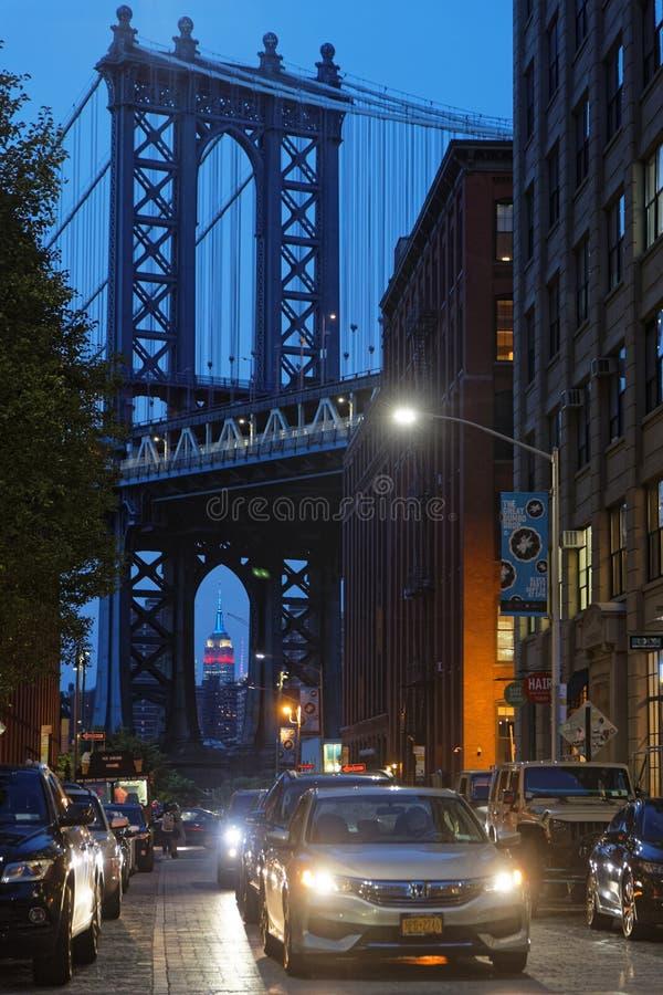Οι οδοί γεφυρών και του Μπρούκλιν του Μανχάταν τη νύχτα στοκ εικόνα