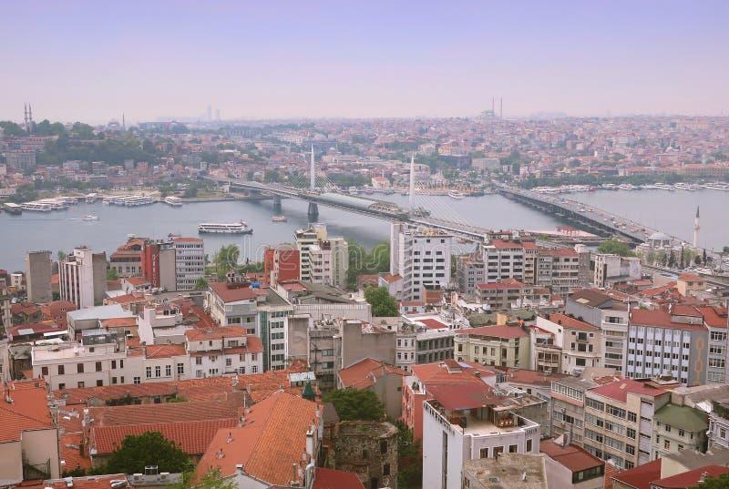 Οι οδοί της Ιστανμπούλ Άποψη της Ιστανμπούλ από τη γέφυρα παρατήρησης του πύργου Galata Πολυάριθμες στέγες της Ιστανμπούλ bossine στοκ εικόνα