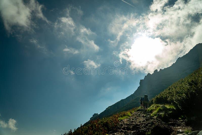 Οι οδοιπόροι αναρριχούνται στο βουνό κατά τη διάρκεια της καυτής ημέρας - υψηλό Tatras, Σλοβακία στοκ φωτογραφία με δικαίωμα ελεύθερης χρήσης