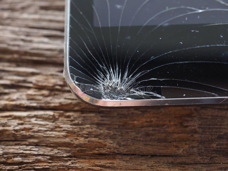 Οι οθόνες Smartphone σπάζουν από το μειωμένο έδαφος και τη διαστημική συμφωνία με την έννοια της τεχνολογίας ατυχήματος, ασφάλεια στοκ φωτογραφία με δικαίωμα ελεύθερης χρήσης