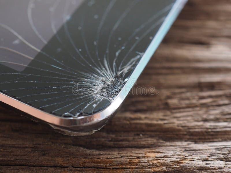 Οι οθόνες Smartphone σπάζουν από το μειωμένο έδαφος και τη διαστημική συμφωνία με την έννοια της τεχνολογίας ατυχήματος, ασφάλεια στοκ φωτογραφίες με δικαίωμα ελεύθερης χρήσης
