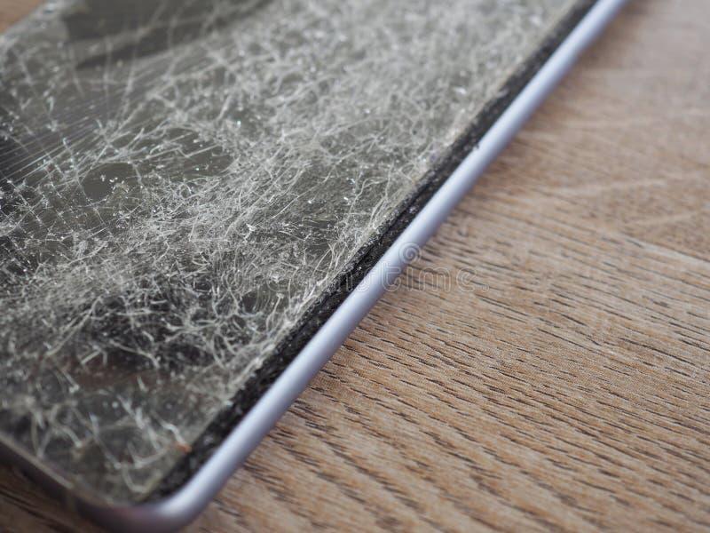Οι οθόνες Smartphone σπάζουν από το μειωμένο έδαφος και τη διαστημική συμφωνία με την έννοια της τεχνολογίας ατυχήματος, ασφάλεια στοκ φωτογραφία