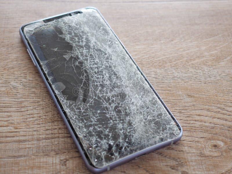 Οι οθόνες Smartphone σπάζουν από το μειωμένο έδαφος και τη διαστημική συμφωνία με την έννοια της τεχνολογίας ατυχήματος, ασφάλεια στοκ εικόνα