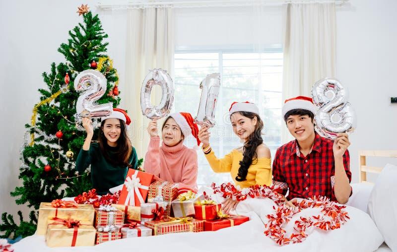 Οι ομάδες φίλων είναι ασιατικοί άνδρες και γυναίκες που διακοσμούνται το χριστουγεννιάτικο δέντρο στοκ εικόνα με δικαίωμα ελεύθερης χρήσης