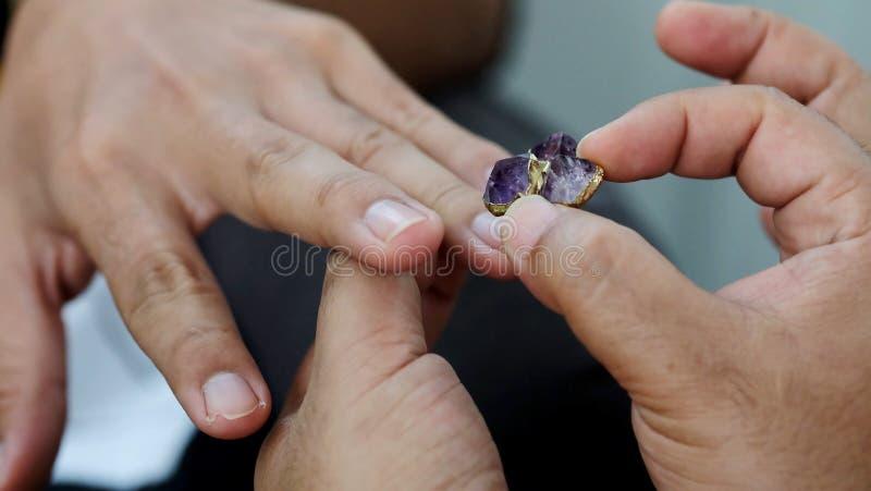 Οι ομοφυλόφιλοι φορούν το δαχτυλίδι στο γεγονός δέσμευσης στοκ εικόνα