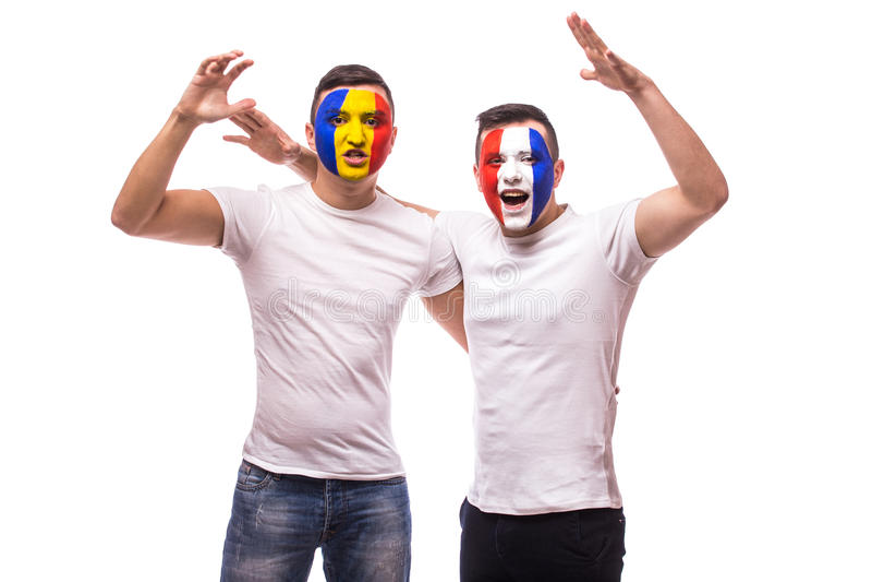 Οι οπαδοί ποδοσφαίρου του φιλικού suport εθνικών ομάδων της Γαλλίας και της Ρουμανίας μαζί το παιχνίδι κραυγάζουν στις ομάδες του στοκ φωτογραφία με δικαίωμα ελεύθερης χρήσης
