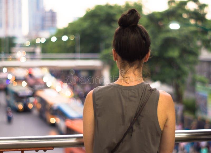 Οι οπισθοσκόπες νέες γυναίκες βλέπουν την κυκλοφοριακή συμφόρηση στην πόλη Μπανγκόκ jatujan στοκ φωτογραφία