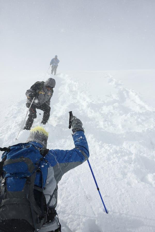 Οι ορειβάτες βουνών σε ένα χιόνι μαίνονται στοκ εικόνες με δικαίωμα ελεύθερης χρήσης