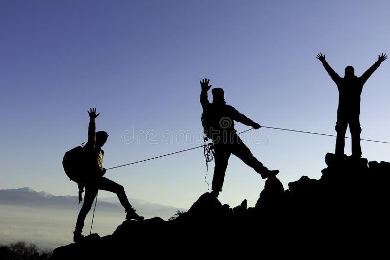 Οι ορειβάτες με το σχοινί στο βουνό κυμαίνονται στοκ φωτογραφία