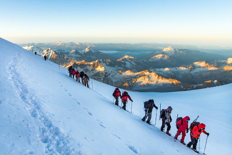 Οι ορειβάτες πηγαίνουν στο υποστήριγμα Elbrus στοκ εικόνα