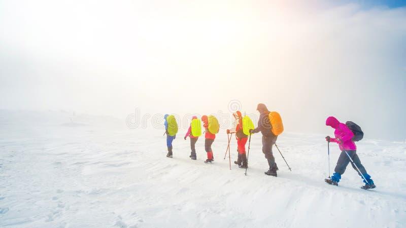 Οι ορειβάτες στα βουνά στοκ φωτογραφία