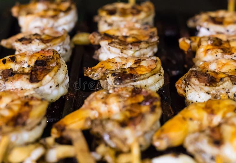 Οι ορεκτικές τηγανισμένες γαρίδες με τις αιχμηρές ειδικότητες έψησαν τη θαμπάδα κινηματογραφήσεων σε πρώτο πλάνο στη σχάρα στο ση στοκ εικόνες
