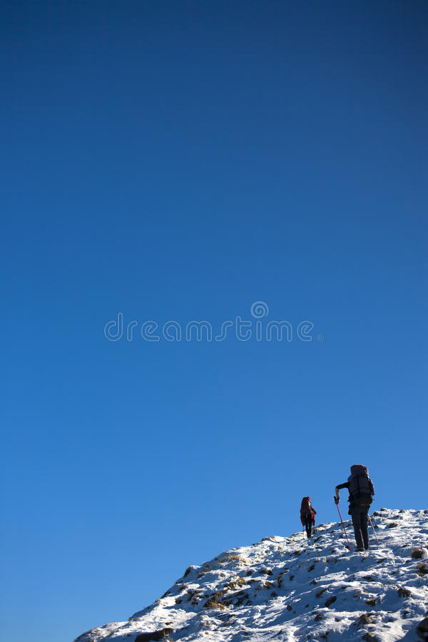 Download Οι ορεσίβιοι αναρριχούνται στη χιονώδη κλίση Στοκ Εικόνα - εικόνα από στόχος, φίλος: 62719313