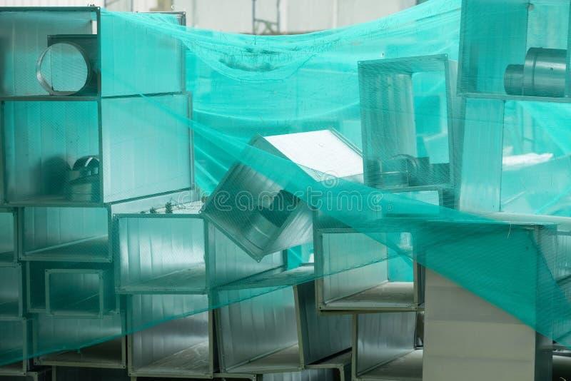 Οι ορθογώνιοι σωλήνες χάλυβα, μέρη για την κατασκευή των αγωγών του βιομηχανικού αέρα ρυθμίζουν το σύστημα στοκ φωτογραφία με δικαίωμα ελεύθερης χρήσης