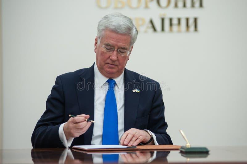 Οι ουκρανικοί και βρετανικοί προϊστάμενοι των Υπουργείων Άμυνας υπογράφουν την κοινή δήλωση στην ανάπτυξη αμυντικής συνεργασίας στοκ εικόνα με δικαίωμα ελεύθερης χρήσης